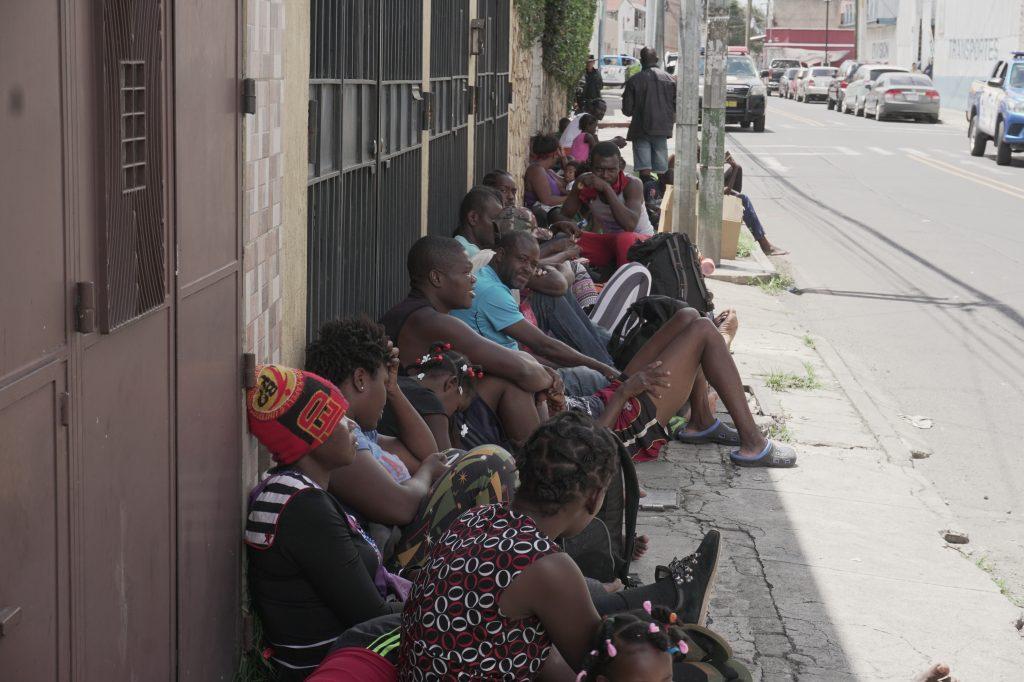 Migrantes provenientes de Ángola, Congo Haití, Cuba y Brasil se encuentran en el albergue de Migración ubicado en la zona 5. Foto Prensa Libre: Luisa Laguardia