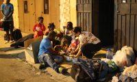 Personas migrantes en la zona 5 que proven'an de el Congo, Angola, Cuba, Brasil y en su mayor'a haitianos, se quedan a dormir en la calle estos indocumentados salieron de Honduras y fueron detenidos en Guatemala.  Fotograf'a.  Erick Avila:         11062019