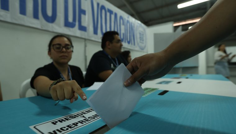 Tribunal Supremo Electoral (TSE) realiza un simulacro de como se debe votar y depositar las papeletas electorales (Foto Prensa Libre: Esbin García).