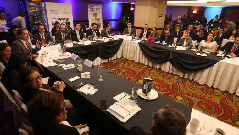 La mesa de Economía y Prosperidad, discutió los lineamientos de financiamiento para cubrir en el 2020. (Foto Prensa Libre: Esbin García)