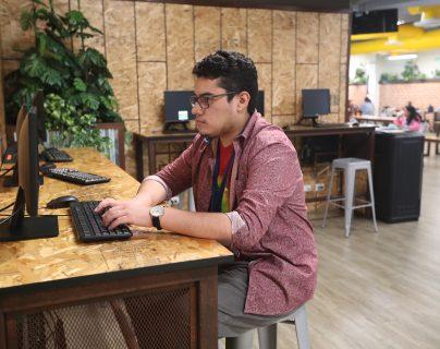 Kevin Maldonado, lleva un año trabajando en Allied Global. (Foto Prensa Libre: Esbin García)