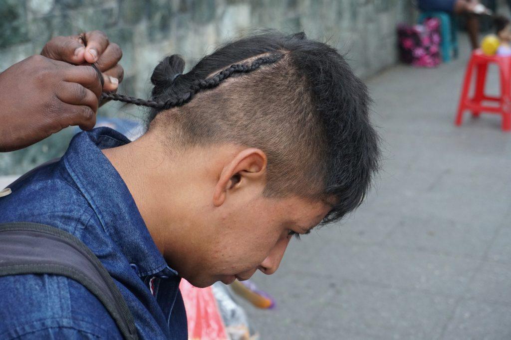 El arte de las trenzas pasa fronteras como las del genero para que cualquier persona disfrute de ellas. Foto Prensa Libre: Luisa Laguardia