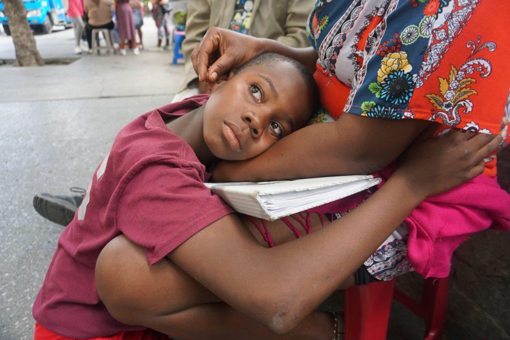 "Abraham, hijo de Iris abraza a su mamá mientra dice ""todo va a estar bien mami"" . Foto Prensa Libre : Luisa Laguardia"