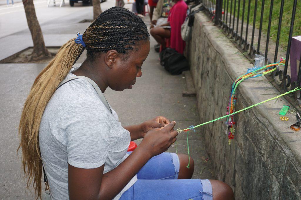 Madeline de 19 años extraña su natal Livingston y a su familia, sin embargo sabe que su trabajo le ayuda al mantenimiento de la misma. Foto Prensa Libre: Luisa Laguardia