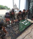 Personal del Ejército de Guatemala hace reparaciones en el mausoleo de Justo Rufino Barrios que fue saqueado por vándalos entre la noche del viernes y madrugada del sábado. (Foto Prensa Libre: Erick Ávila)
