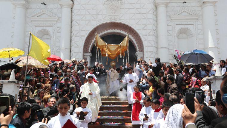 La procesión del Corpus Christi sale de la Iglesia san Bernardino, Patzún, Chimaltenango. Fotografía Prensa Libre: Erick Avila.