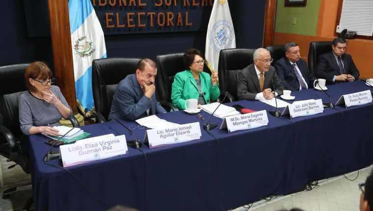 Los magistrados del TSE en la reunión celebrada este martes con fiscales de los partidos políticos. (Foto Prensa Libre: Érick Ávila)