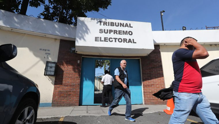La mañana de este jueves el MP realizó un allanamiento en la  sede de informática del Tribunal Supremo Electoral, posterior a esto hubo un cruce de señalamientos entre las bancadas mayoritarias en el Congreso. (Foto Prensa Libre: Erick Ávila)