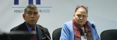 José Curruchiche, jefe interino de la Fiscalía de Delitos Electorales, quien no ha sido confirmado en el cargo, y la fiscal general Maria Consuelo Porras, durante una conferencia de prensa en el Ministerio Público. (Foto Prensa Libre: Hemeroteca PL).