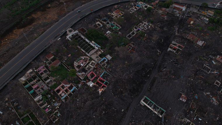 Hace un año, era una comunidad de campesinos y obreros. Ahora San Miguel los Lotes es un lugar sepultado por material volcánico donde la vida ya no será posible. (Foto Prensa Libre: Carlos Hernández)