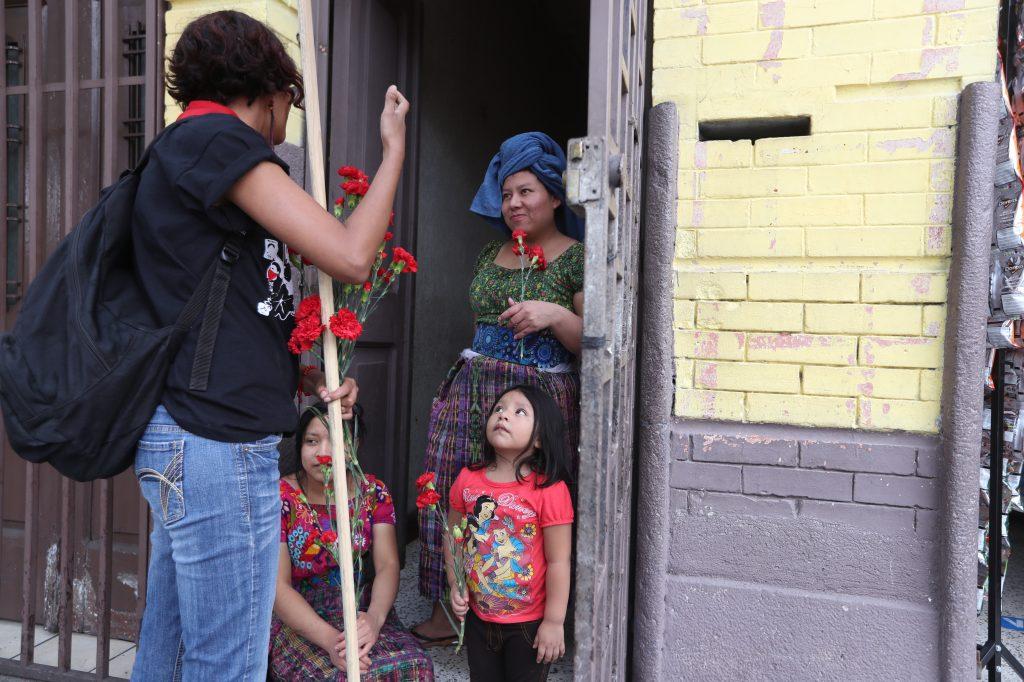 Algunos de los participantes explicaban el por qué de la marcha a quienes salían a observar. Foto Prensa Libre: Óscar Rivas