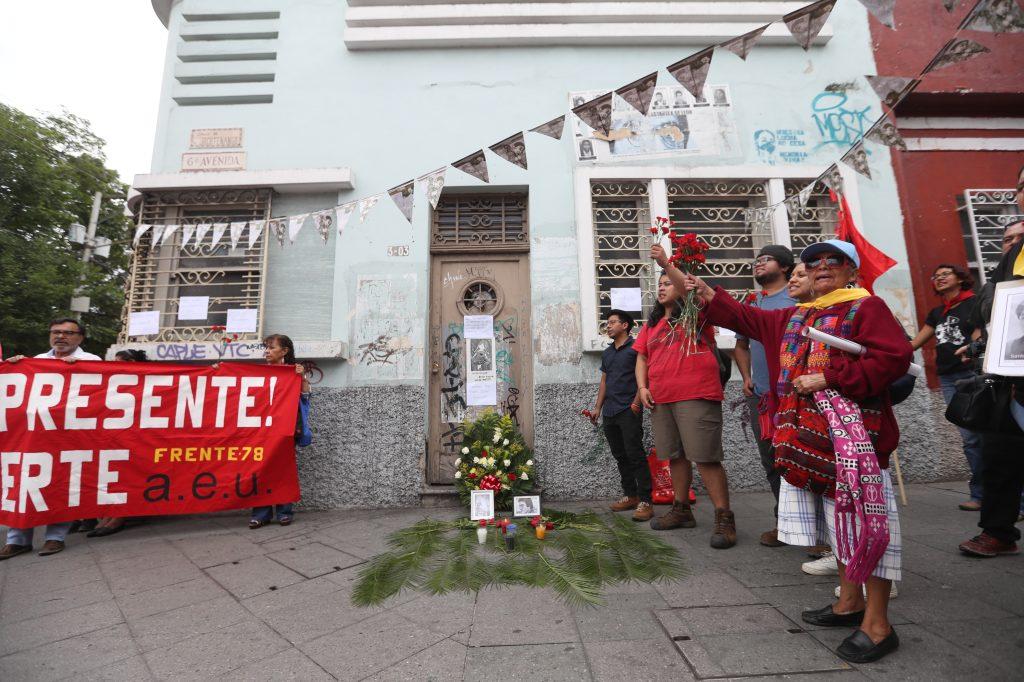 El recorrido de la marcha fue desde el parque Jocotenango hasta la Plaza de la Constitución, haciendo varias paradas durante el camino, entre ellas en la casa del líder estudiantil Oliverio Castañeda de León. Foto Prensa Libre: Óscar Rivas