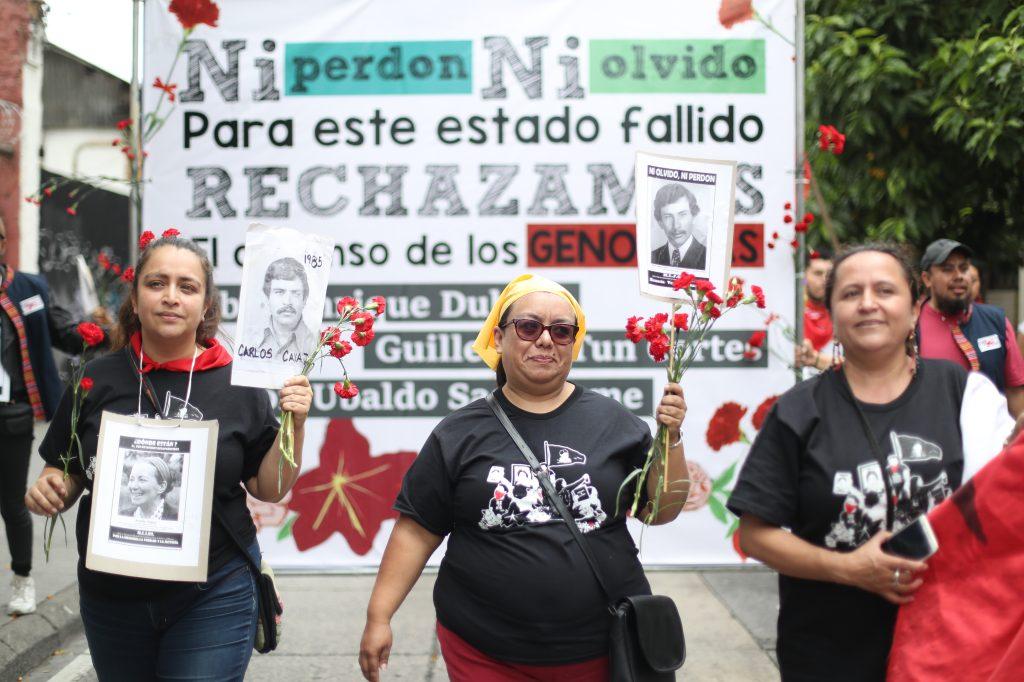 Con claveles en las manos los participantes se recordó a las personas desaparecidas. Foto Prensa Libre. Óscar Riva