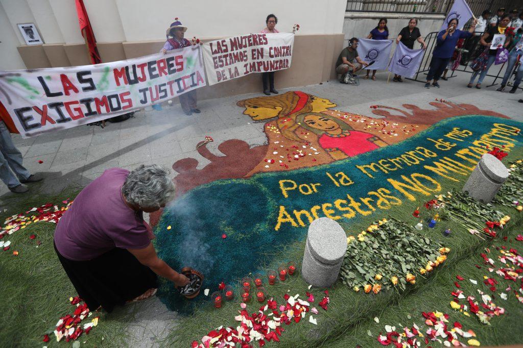 Frente a Casa Presidencial las organizaciones de mujeres hicieron un altar con aserrín, flores e incienso. Foto Prensa Libre: Óscar Rivas