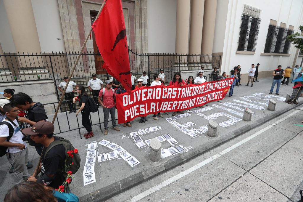 """Justo frente a la entrada a la Casa Presidencial se construyó la palabra """"asesinos"""" con los rostros de las personas desaparecidas. Foto Prensa Libre: Óscar Rivas"""
