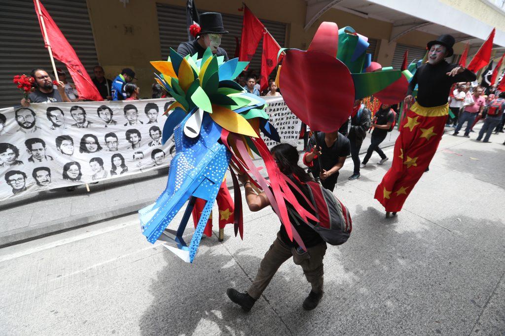 Varios jóvenes se unieron para hacer un dragon. Foto Prensa Libre: Óscar Rivas
