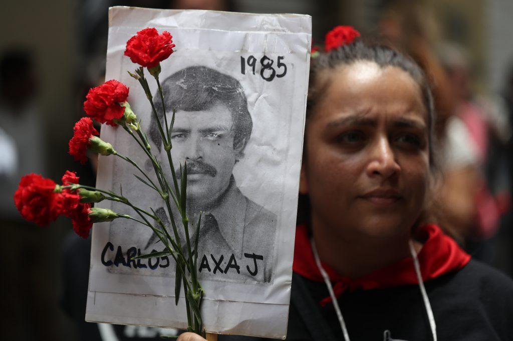 Las personas exigen al Ejército que les digan en qué lugar fueron enterrados sus seres queridos. Foto Prensa Libre: Óscar Rivas