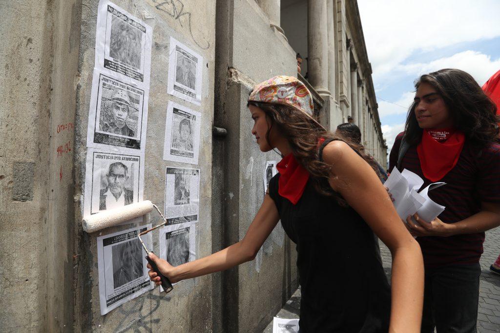 Algunas personas pegaron en las paredes varios retratos de los desaparecidos. Foto Prensa Libre: Óscar Rivas