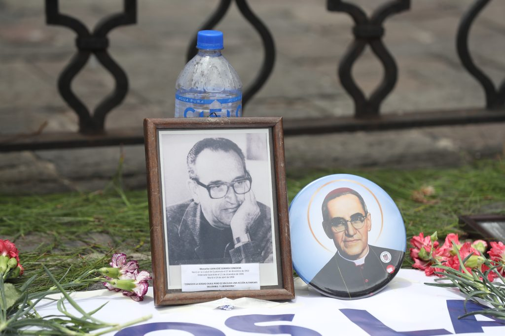 Frente a Catedral Metropolitana se hizo un homenaje a los mártires de la iglesia entre ellos Monseñor Juan José Gerardi. Foto Prensa Libre: Óscar Rivas