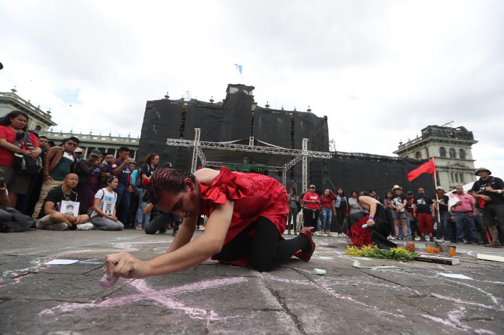 Al finalizar la marcha se hizo un performance frente al Palacio Nacional de la Cultura. Foto Prensa Libre: Óscar Rivas