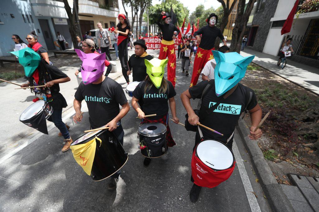 Varios colectivos artísticos participaron durante la marcha. Foto Prensa Libre: Óscar Rivas