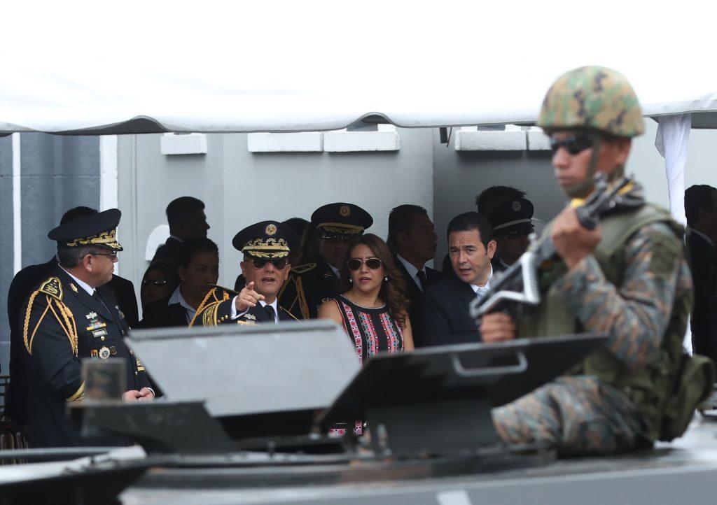 Autoridades observan el paso de los vehículos artillados. Foto Prensa Libre: Esbin García