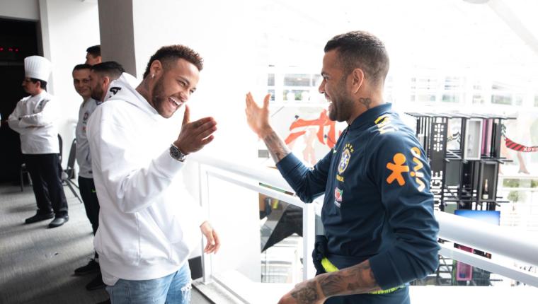 Neymar se saluda con Dani Alves, uno de sus mejores amigos en la Selección de Brasil. (Foto Prensa Libre: CBF)
