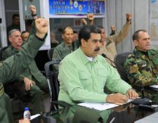 Nicolás maduro rodeado de un grupo de militares (Foto Prensa Libre: Hemeroteca PL)