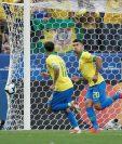 El jugador de Brasil Roberto Firmino (d) celebra un gol, durante el partido Perú-Brasil del Grupo A de la Copa América de Futbol 2019, en el estadio Arena Corinthians. (Foto Prensa Libre: EFE).