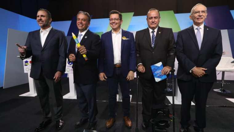 Los candidatos a la presidencia que participaron en el debate posan para la foto oficial del evento. (Foto prensa Libre: Oscar Rivas)