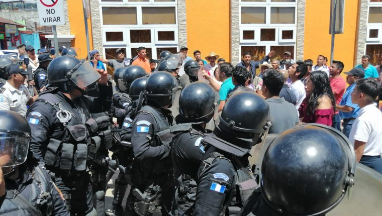 Agentes de la PNC dispersan a pobladores de Esquipulas Palo Gordo, San Marcos, el 16 de junio de 2019. (Foto Prensa Libre: Hemeroteca PL)