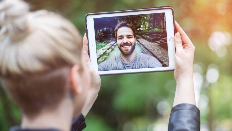 La organización constante de encuentros en línea es importante para mantener contacto entre la pareja.   (Foto Prensa Libre: Servicios)