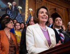 La presidenta de la Cámara de Representantes de Estados Unidos, la demócrata Nancy Pelosi, da una conferencia sobre la ley. (Foto Prensa Libre: EFE)
