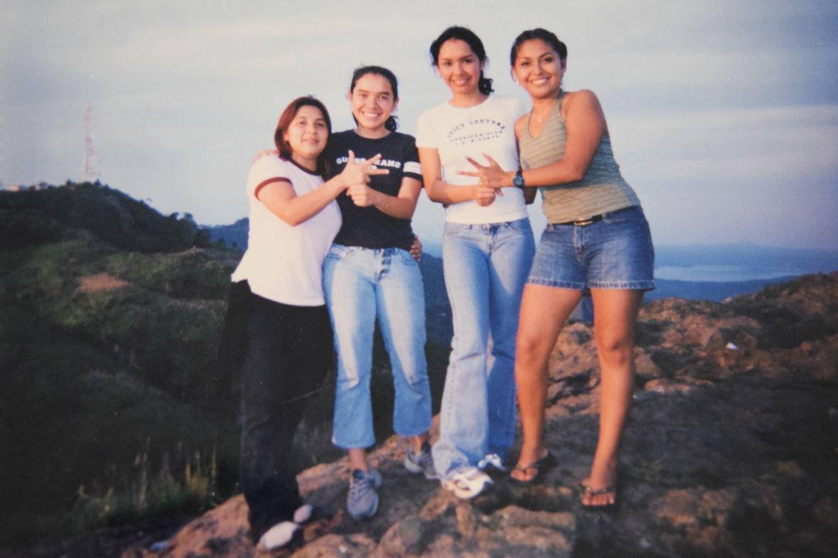 La historia de dos hermanas que aprendieron el lenguaje de señas antes que a hablar y ahora trabajan en un noticiero