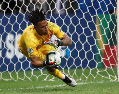 El arquero Pedro Gallese de Perú detiene un penalti a Luis Suárez de Uruguay, durante el partido Uruguay-Perú de cuartos de final de la Copa América. (Foto Prensa Libre: EFE)