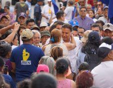 El exgobernante Alfonso Portillo saluda a los correligionarios del partido BIEN luego de un mitin. (Foto Prensa Libre: Cortesía)