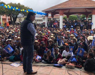 El expresidente Alfonso Portillo participa en un mitin de campaña electoral y apoya a los candidatos a alcalde en Quetzaltenango. (Foto Prensa Libre: Cortesía)