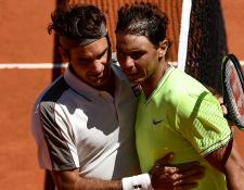 El español Rafael Nadal abraza al suizo Roger Federer luego de ganar la semifinal de semifinales en el torneo de tenis Ronal Garros 2019. (Foto Prensa Libre: AFP).