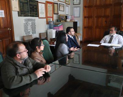 Representantes del sector turístico de Xela se reunieron con el alcalde Luis Grijalva para exigir  la reparación de las calles. (Foto Prensa Libre: María Longo)
