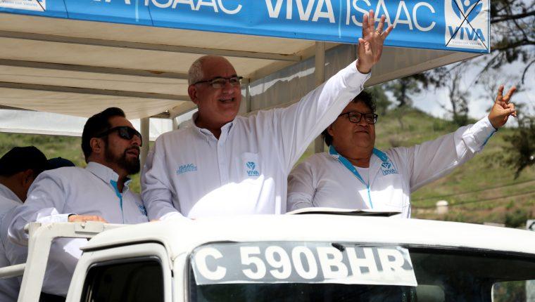 Isaac Ferchi candidato presidencial de Viva saluda a sus seguidores en Huehuetenango.(Foto Prensa Libre: Mike Castillo)