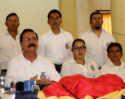 Mario Castillo (de lentes) en conferencia de prensa tras haber llegado a un juzgado.  (Foto Prensa Libre: Mike Castillo)