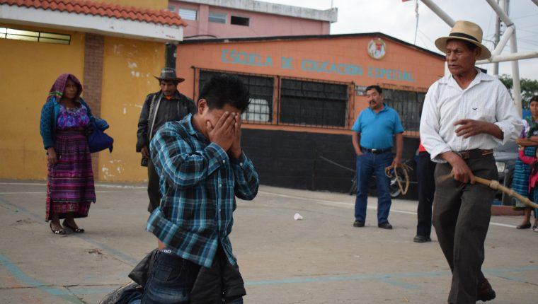 Julián Poró Castro fue azotado por autoridades indígenas.(Foto Prensa Libre: Héctor Cordero)