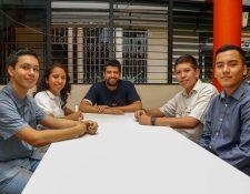 Los estudiantes Óscar López, Roberto Vega, Alfonso Lee y Daly López con el instructor  Rony Gramajo, al centro, se preparan para viajar a Cuba. (Foto Prensa Libre: Rolando Miranda)