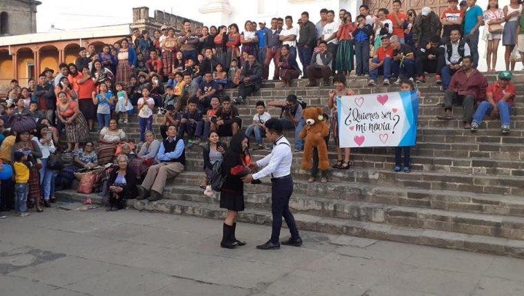 Ante decenas de personas, Miguel González le le pide a Ana López que sea su novia, frente a la multitud frente a la iglesia parroquial de Santa Cruz del Quiché,  (Foto Prensa Libre: Héctor Cordero).