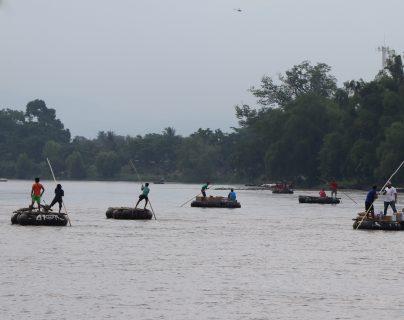 El flujo de migrantes que cruzan el río Suchiate, de Guatemala a México, no se detiene, a pesar de la incertidumbre. (Foto Prensa Libre: Whitmer Barrera)