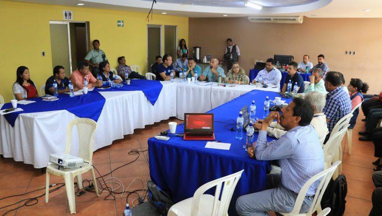 Este miércoles, integrantes del Codede de Escuintla se reunieron de forma extraordinaria para tratar el tema de la integración de la terna para optar al cargo de gobernador. (Foto Prensa Libre: Carlos Paredes)