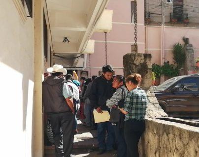 Familiares de migrantes fallecidos llegaron este jueves 26 de junio de 2019 a la sede del Minex, ubicada en el Edificio Rivera, zona 1 de Xela, para pedir la repatriación de los cadáveres. (Foto Prensa Libre: María Longo)