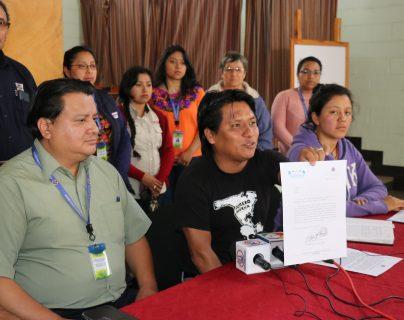 Representantes de Cáritas Quiché muestran el documento donde les habría mentido el representante de la Conred. (Foto Prensa Libre: Héctor Cordero).