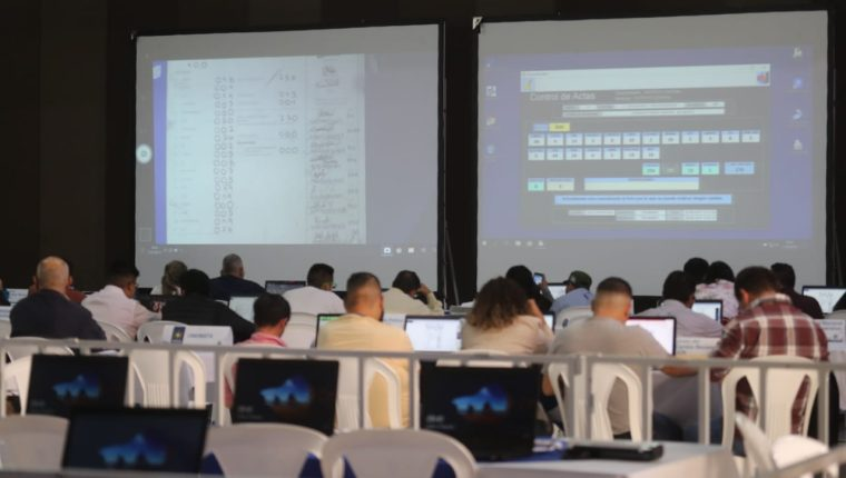 Pantallas gigantes proyectan los resultados de las actas electorales. (Foto Prensa Libre: Oscar Rivas)