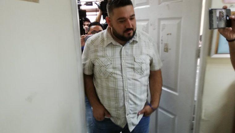 Ricardo Mendoza Treviño, promotor del grupo La Trakalosa de Monterrey al salir del juzgado. (Foto Prensa Libre: Kenneth Monzón)